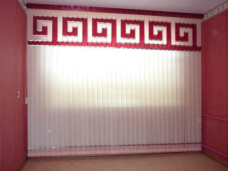 Вертикальные и мультифактурные с орнаментом жалюзи в интерьере гостиной