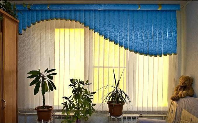 Вертикальные и мультифактурные жалюзи в интерьере гостиной