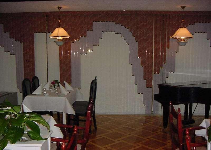 Вертикальные и мультифактурные жалюзи в интерьере ресторана