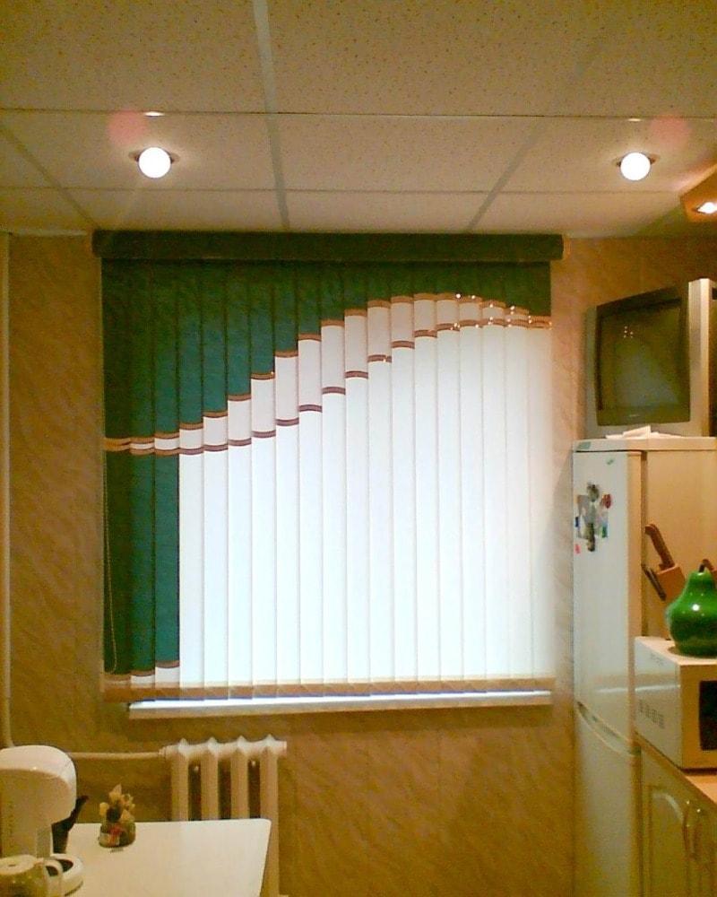 Вертикальные и мультифактурные жалюзи в маленькой кухни