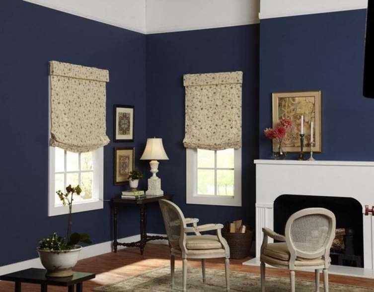 бескаркасные модели римских шторы в интерьере гостиной