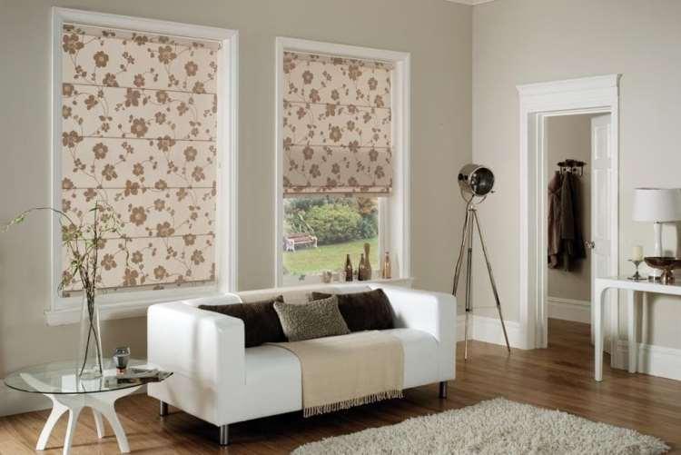 римские шторы с цветочным принтом в гостиной