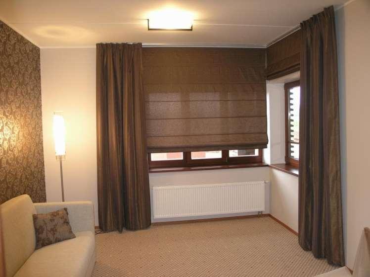 римские шторы в гостиной в сочетании с другими шторами одного цвета