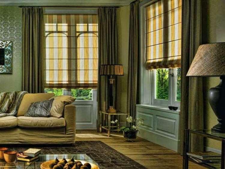 римские шторы в интерьере гостиной с полосатым принтом
