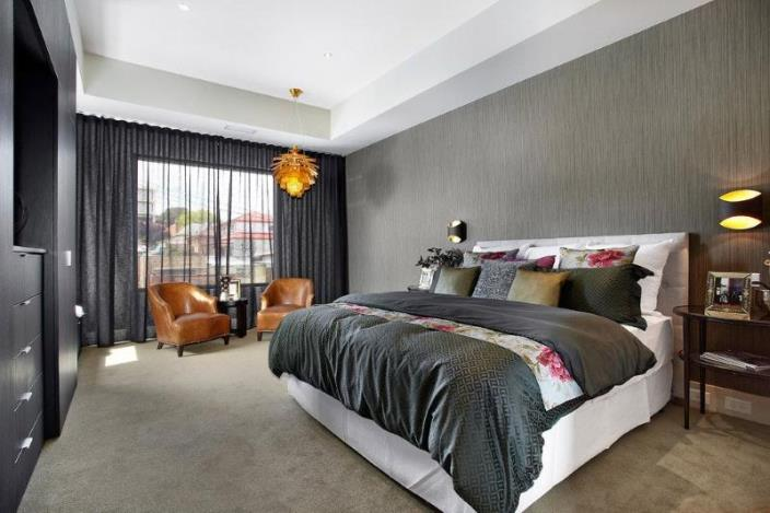 серые портьеры с металлическим отливом в спальне