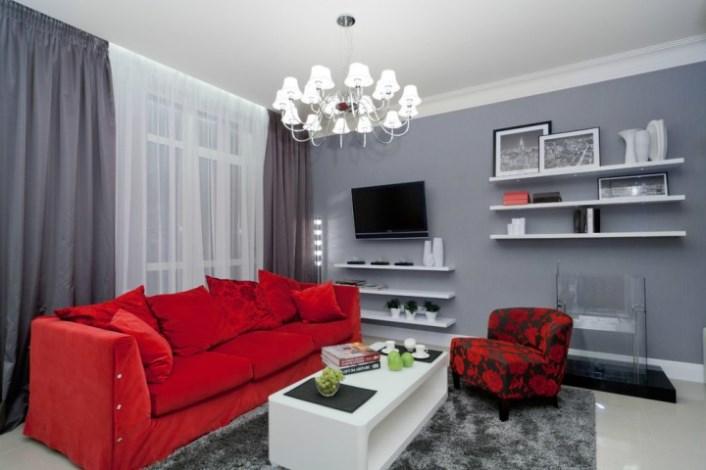 серые шторы и красная мебель