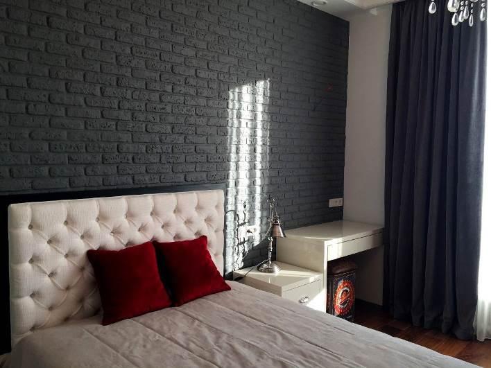 серые шторы и серая стена в спальне