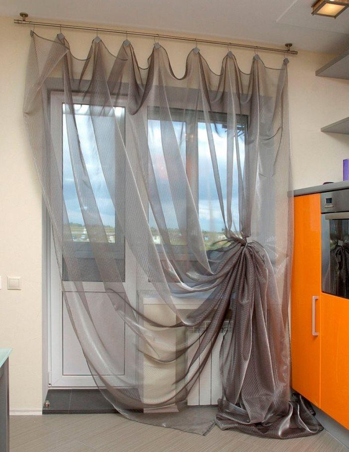 серые шторы из органзы на кухне