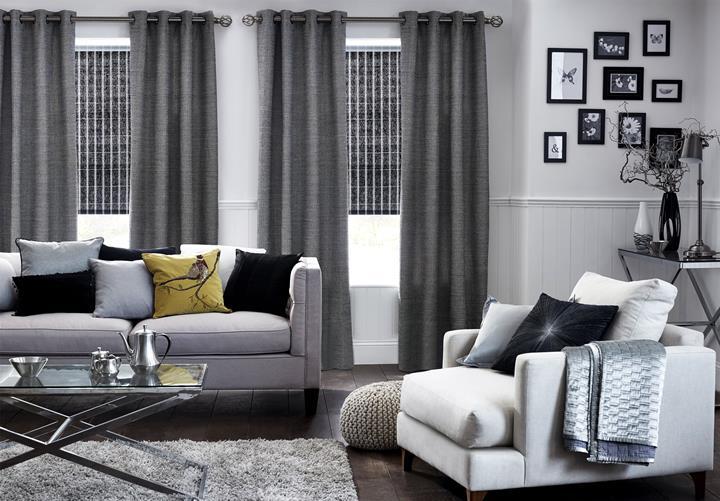 серые шторы в интерьере однотонной гостиной