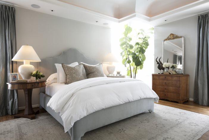 серые шторы в спальне с серой кроватью