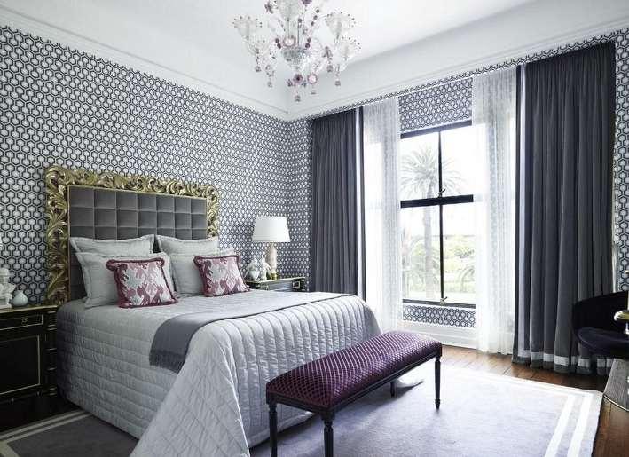 серые шторы в спальне в сочетании с белой тюлью