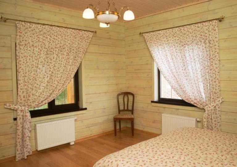 шторы кантри с рисунком в интерьере спальни
