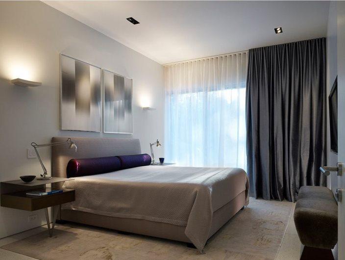спальня с серыми шторами гостиничного типа