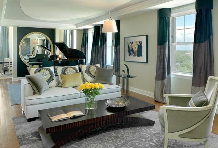 трехцветные шторы в гостиной