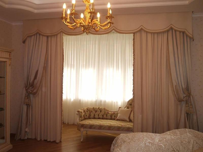 атласная штора зонирует пространство комнаты
