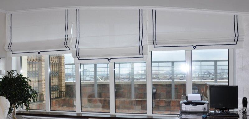 белые легкие римские шторы в офисе