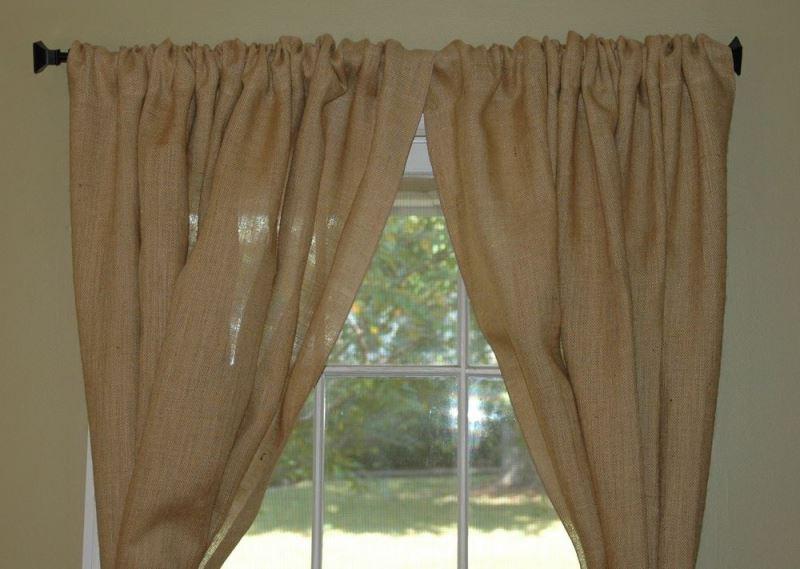 драпировка окна шторами из мешковины
