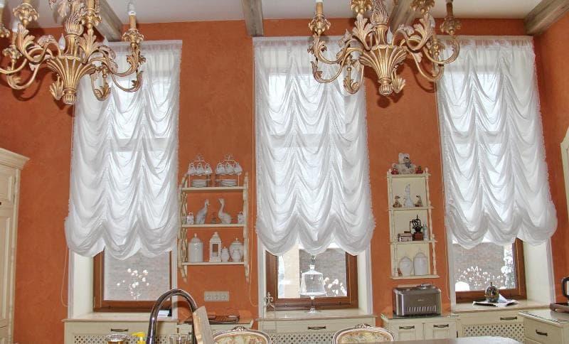 французские шторы на кухне в загородном доме