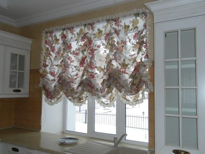французские шторы с незатейливым цветочным рисунком на кухне