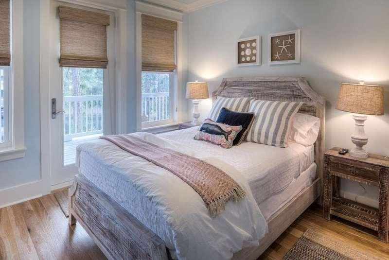 интерьер спальни со шторами и абажуром лампы из мешковины