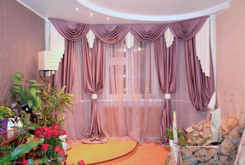 классические шторы из сатина в интерьере гостиной