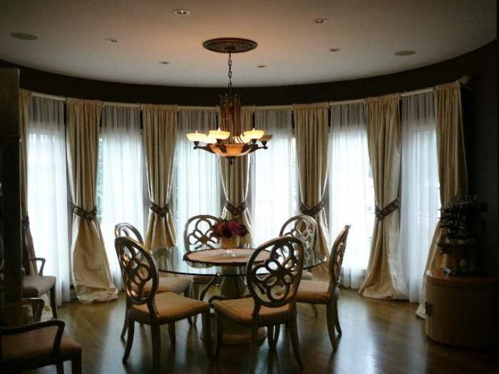 портьеры в пол из льняной ткани в гостиной
