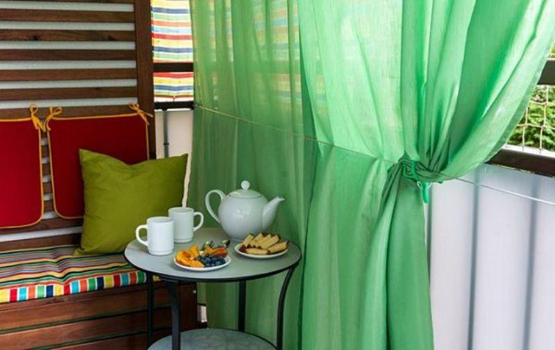 простенький зеленый тюль на балконе
