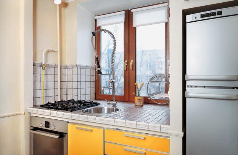 рабочая поверхность подоконника на кухне с рулонками