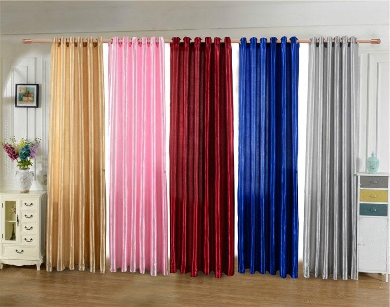 разноцветные шторы из сатина на одном карнизе