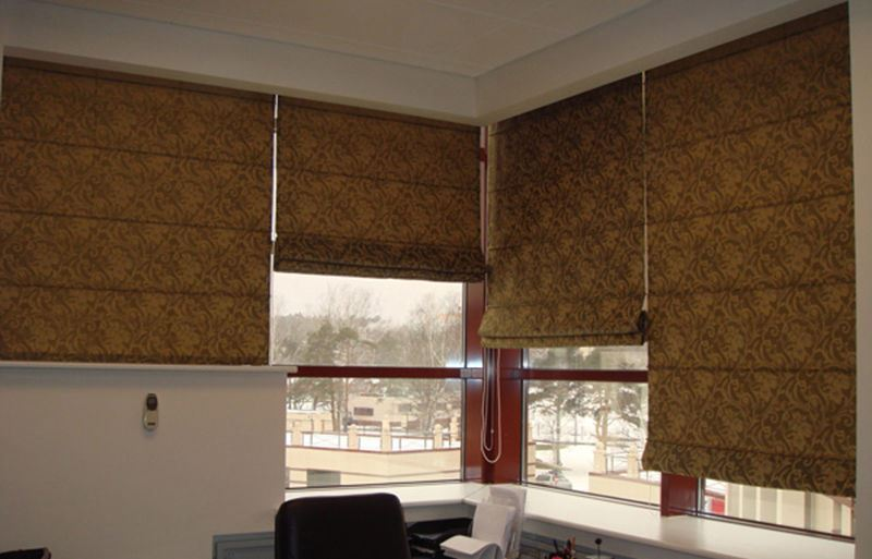 римские шторы теплой расцветки в офисе