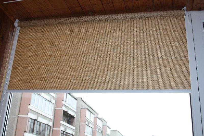 рулонная штора с креплением к потолку на лоджии