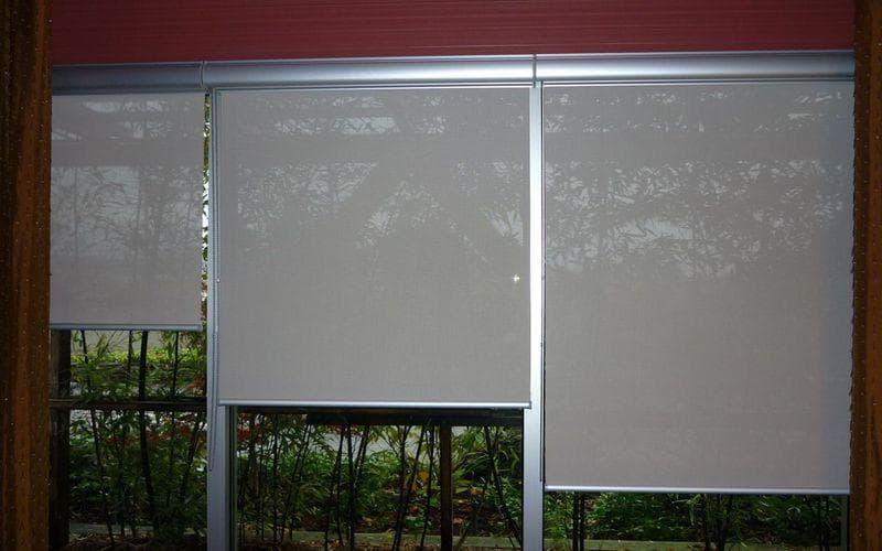 рулонные шторы на окне с металлическим профилем