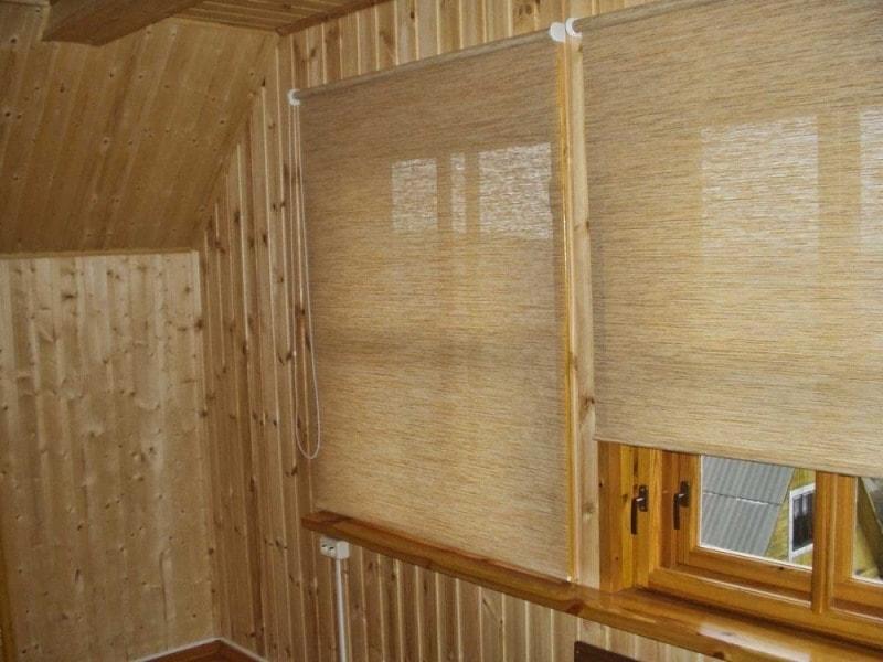 рулонные шторы на окне с рамой из дерева
