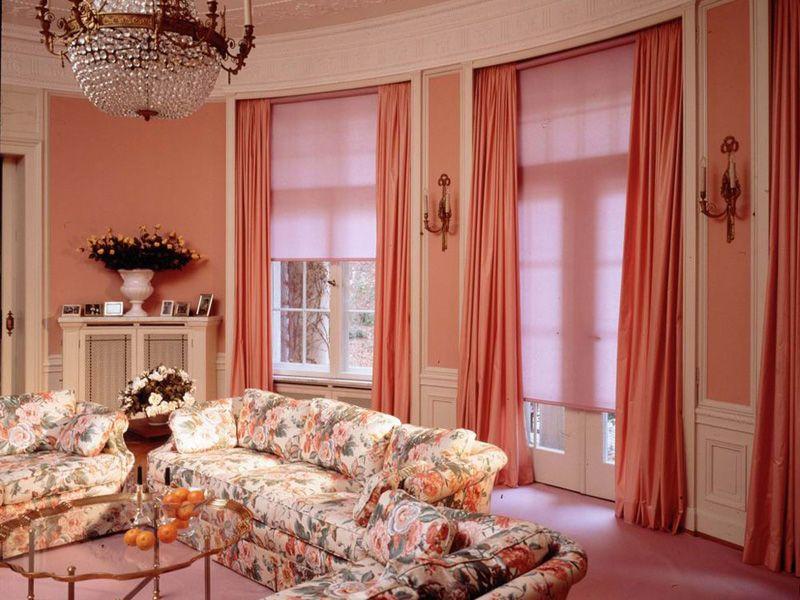 рулонные шторы в сочетании с портьерами в интерьере