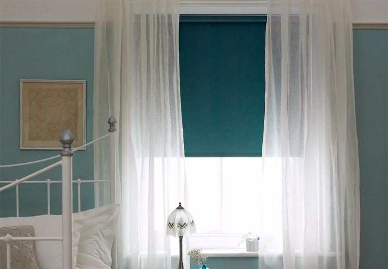 рулонные шторы в сочетании с тюлем в спальне