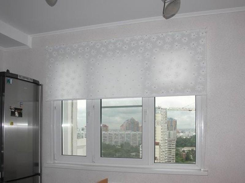 рулонные жалюзи смонтированные на стену в кухне