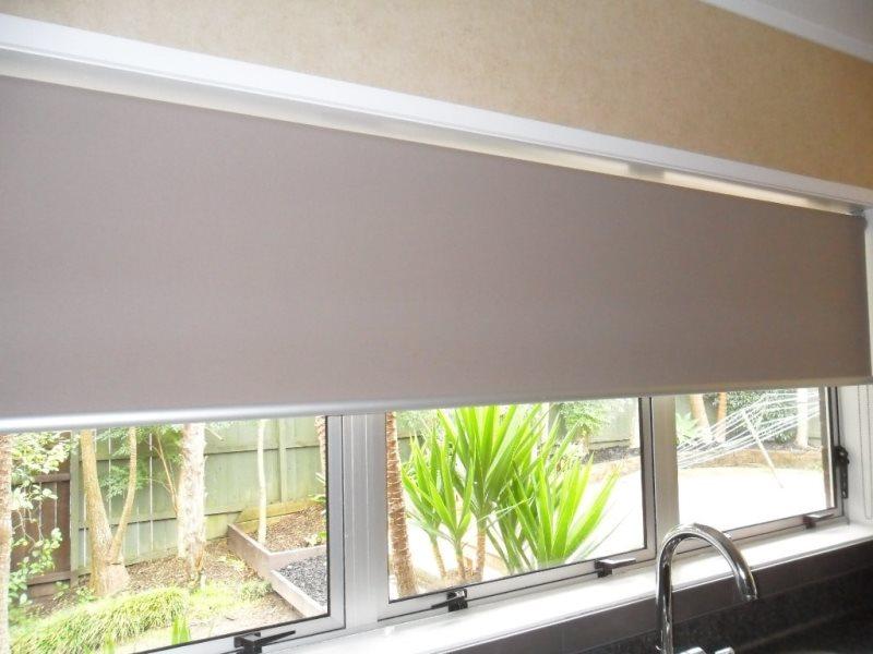 широкая рулонная штора в проем окна