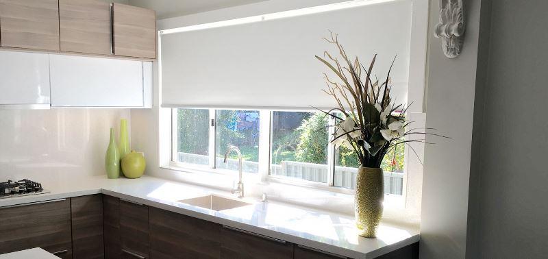 широкие рулонные шторы на кухне