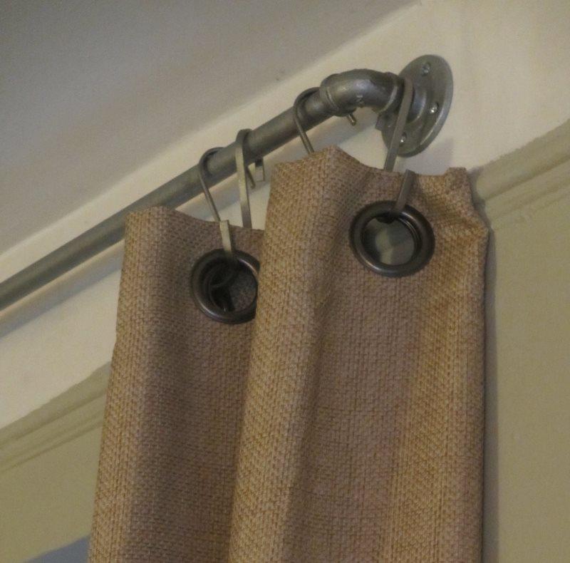 штора из мешковины с люверсами подвешенная на крючках