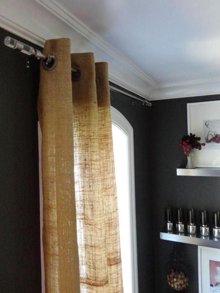 штора на люверсах из мешковины в гостиной