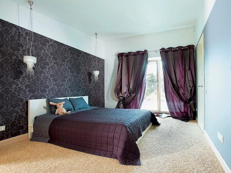 шторы из тафты в интерьере спальни загородного дома