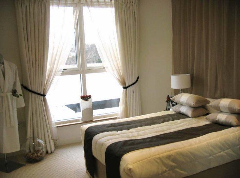 шторы из ткани софт в интерьере спальни