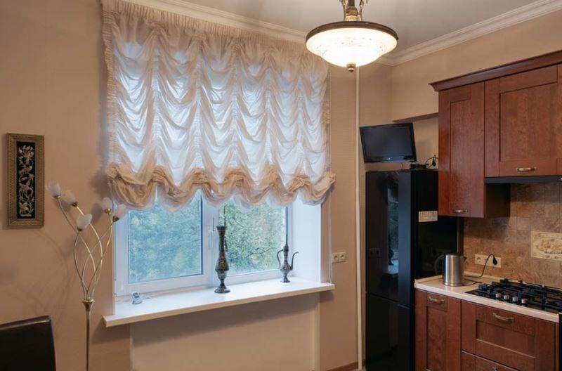 шторы маркизы на современной кухне в обычной квартире