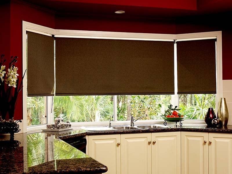сочетание широкой и узких рулонок одного цвета на кухне