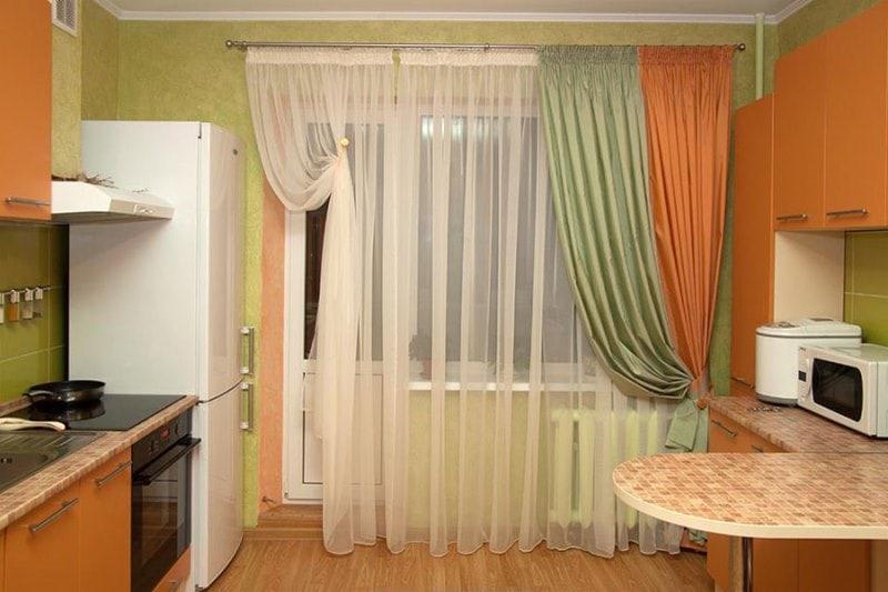 занавески из тафты на кухне городской квартиры