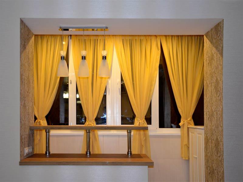 желтый тюль на совмещенной с комнатой лоджии