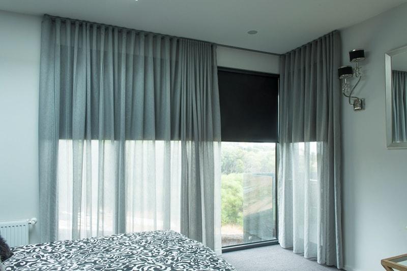 классические рулонки в сочетании с тюлем в спальне