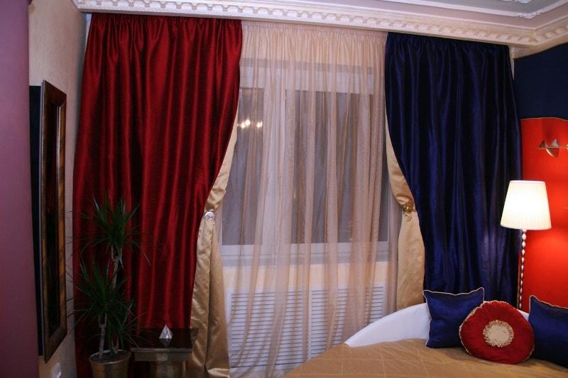 красная и синяя штора на одном карнизе
