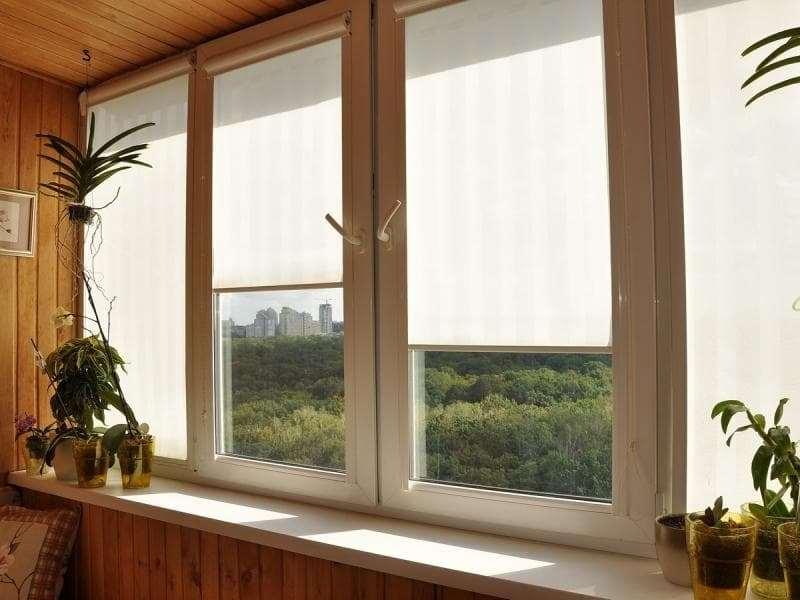на балконе с деревянной облицовкой