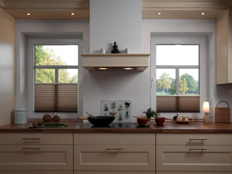 плиссе с типом закрывания снизу вверх на кухне